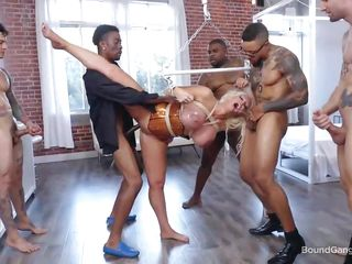 Порно блондинка и два негра